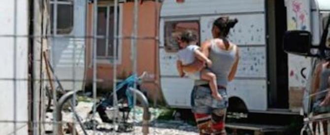 Roma, violenza nel campo nomadi: rom picchia la moglie col figlio in braccio