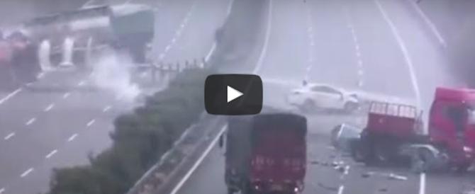 Terrore in autostrada, scontro a catena tra tir: ecco il video della paura