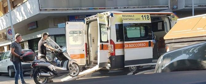 Nell'ambulanza del 118 viene soccorso uno scooter. E la foto fa il giro del web