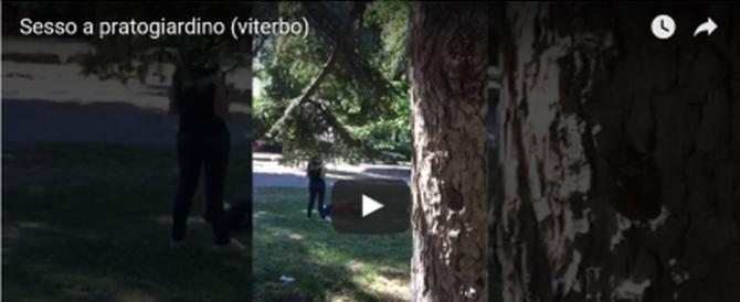 """Sesso nel parco pubblico con video: il nuovo """"gioco"""" stupido dei giovani"""