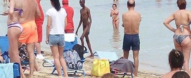 Immigrato nudo e ubriaco sulla spiaggia tra i bambini: allontanato a forza