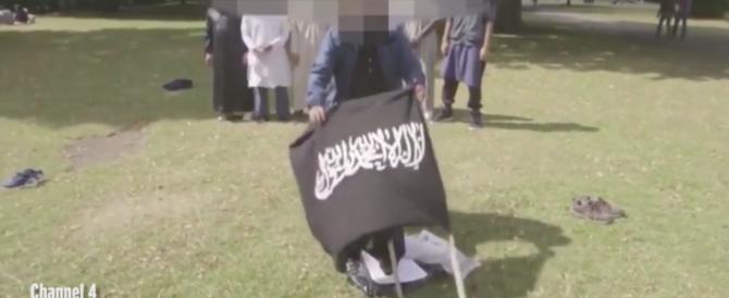 Londra, ecco il video dell'attentatore che sventola la bandiera dell'Isis