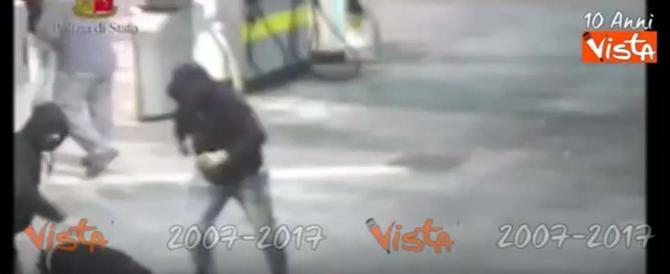 Tifosi juventini assaliti dagli ultrà del Napoli: scene di guerra all'autogrill (video)