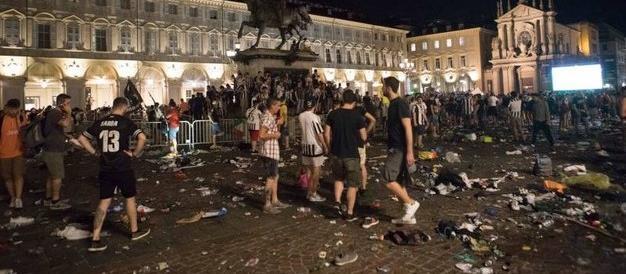 Torino, panico tra la folla: 1500 i feriti. Grave un bambino. I video