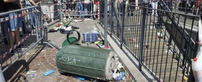 Piazza San Carlo il giorno dopo alla ricerca di documenti e portafogli