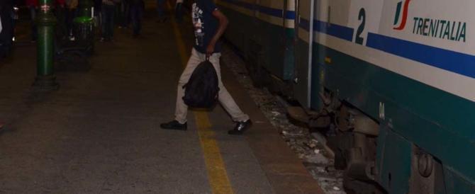 """Puzzolente e senza biglietto: immigrato fa """"scappare"""" i passeggeri dal treno"""