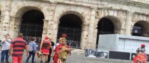 Roma choc, turista si accascia e muore al Colosseo: è rimasto a terra un'ora