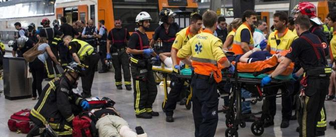 Paura a Barcellona, il treno si schianta al momento dell'arrivo: 54 feriti (video)