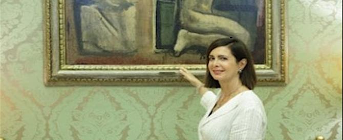 Abbattere le opere fasciste? La Boldrini si pente e si fa un selfie col quadro futurista