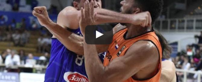 Gallinari, colpo da ko a un avversario: mano rotta e niente Europei (video)