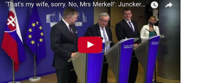 Scena comica, Juncker attacca il telefono alla moglie. Ma era la Merkel (video)