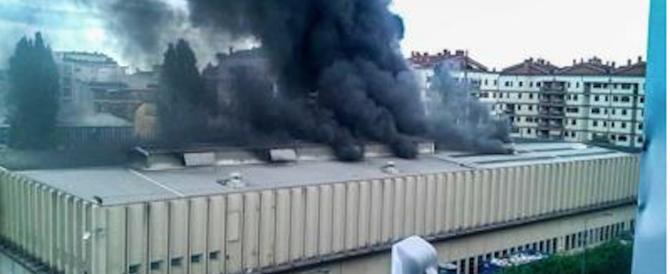 """Brucia anche Milano, aria irrespirabile: l'assessore invita i cittadini a """"chiudere le finestre"""""""