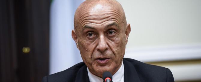 """Clandestini, Minniti accusa: """"Del tutto insufficiente l'impegno della Ue"""""""