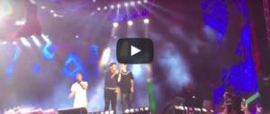 """Il """"volo"""" di Gianni Morandi: cade dal palco dove stava cantando con Rovazzi (video)"""