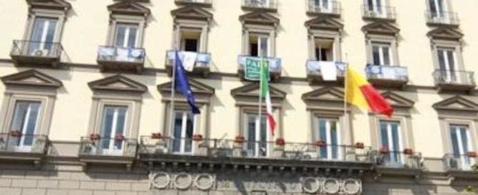 Tensione a Napoli, attivisti di sinistra occupano il Comune. Ferito un vigile