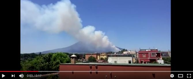 Vesuvio in fiamme, l'inferno continua e lambisce le case: evacuazioni in corso (VIDEO)