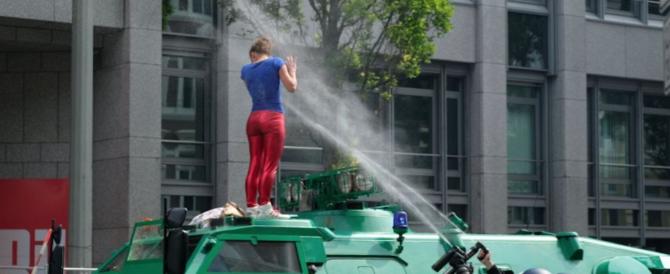 Amburgo, è una ragazza l'immagine simbolo delle proteste contro il G20