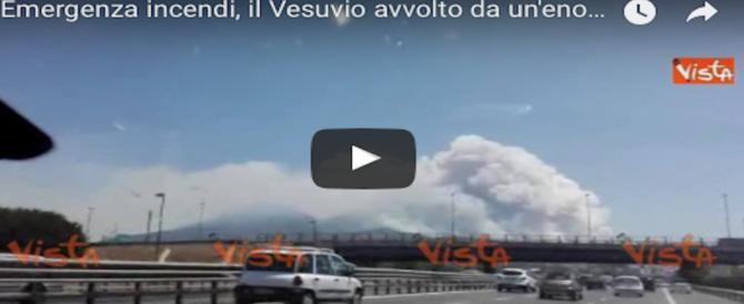 Sos incendi, Vesuvio circondato dalle fiamme. Un sindaco: «Serve l'esercito» (2 VIDEO)
