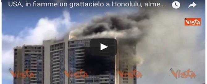 A fuoco un grattacielo a Honolulu: 3 morti. Persone intrappolate a lungo (VIDEO)