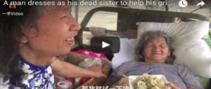 Uomo si veste da donna per far felice la madre malata di mente: il video è virale, ma…(VIDEO)