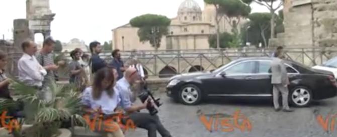 """Ora Grillo suona il piano per la Raggi. E va in """"trasferta"""" a Montecitorio (video)"""