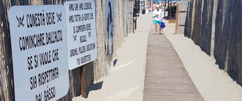 Spiaggia fascista, ordinanza del prefetto: via i cartelli che inneggiano al Ventennio