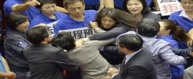 Rissa tra deputati a Taiwan: volano sedie e gavettoni (VIDEO)