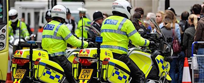 Londra, raid nella notte in moto: 16enne sfregia 5 passanti con l'acido