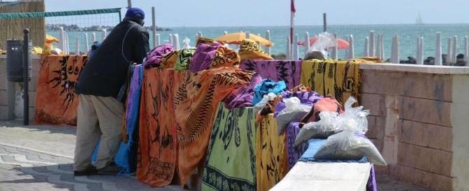 """Una spiaggia senza """"Vucumprà""""? Esiste, ma solo in Romagna. Ecco perché"""