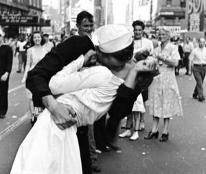 """Immancabile """"Il bacio del marinaio"""" a Times Square di Doisneau, famoso qaunto quello dell'Hotel del Ville a Parigi"""