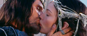 """Il bacio tra Aragorn e Arwen nel film tratto da """"Il Signore degli Anelli"""""""