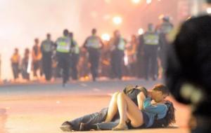 I fidanzati di Vancouver, foto scattata durante gli scontri con i tifosi dell'hockey