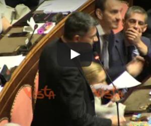Banche venete: i grillini lanciano banconote, Gasparri li gela così… (video)