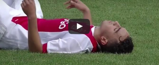 Calciatore dell'Ajax si accascia a terra, compagni in lacrime: è grave (video)