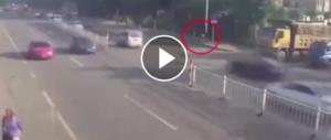 Camion parte senza vedere il ciclista e lo trascina sotto le ruote (video)