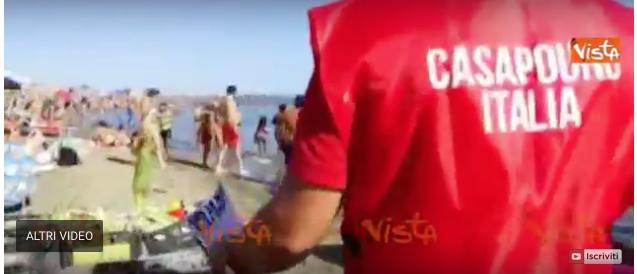 «Ostia preda dei venditori abusivi»: CasaPound in spiaggia contro il degrado (video)