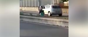 Castelvolturno, immigrati litigano per strada: urla e botte a una donna (video)