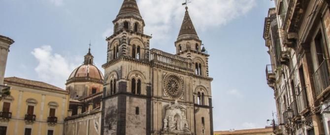 Paura al Duomo di Acireale, cadono calcinacci: neonato colpito alla testa