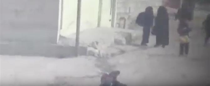 Cecchino dell'Isis uccide donne e bambini per strada e se la ride (video)