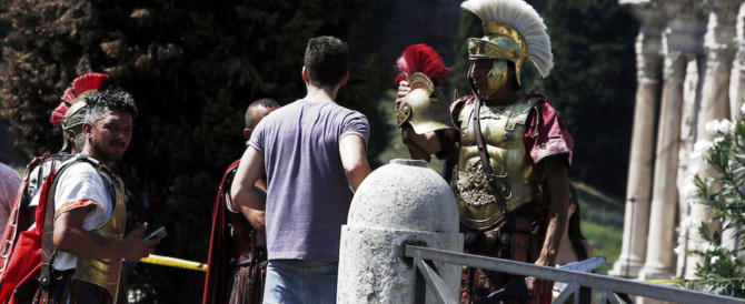 Raggi, ma se i centurioni li mettessi sulla metro per proteggerci dai rom?