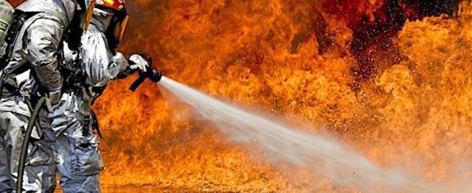 Incendi, in Campania anche cento roghi al giorno. Orte, brucia la A1