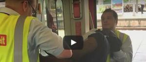 Nigeriano sale sul treno senza biglietto: in Germania i controllori fanno così (VIDEO)