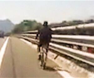 """Profugo in bici sulla A6 ringrazia il poliziotto sospeso: """"Mi ha salvato la vita"""". Boldrini che dice? (VIDEO)"""