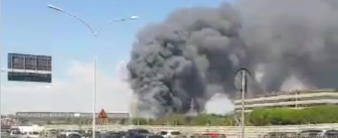 Incendi a Roma: a fuoco sfasciacarrozze. C'è un ferito grave (video)