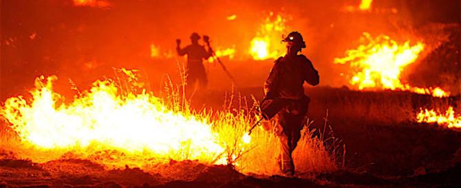Prato, arrestato sudanese mentre dava fuoco a una vasta area verde