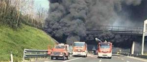 Incendio spaventoso sulla A1 al km 528, chilometri di coda, caos totale (video)