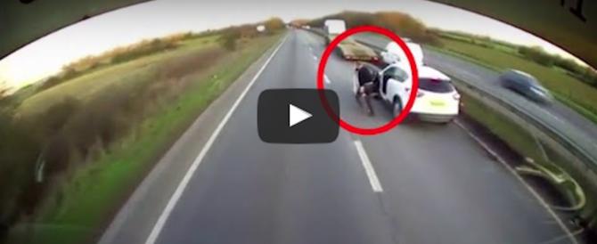 Ha un infarto alla guida, camionista-eroe blocca col Tir il furgone (video)