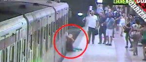 Donna incastrata nella metro a Roma: il macchinista mangiava (VIDEO)