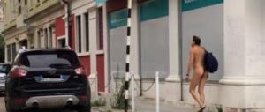 Venezia impazzisce per l'uomo nudo (con foglia di fico) che gira per il centro