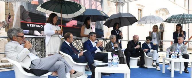 """Le """"ombrelline"""" del Pd scatenano una bufera. I politici presenti: colpa degli organizzatori"""